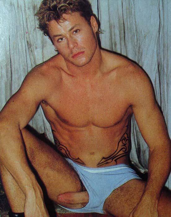 Theo Becker pau duro escapando da cueca pelado gmagazine
