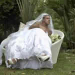 OI? Alexandre Frota se veste de noiva para revista