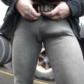 pau duro na calça jeans