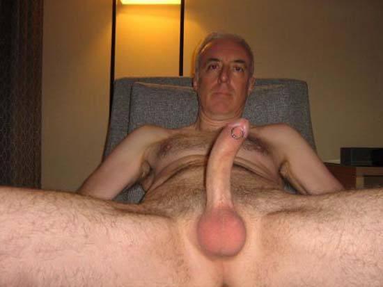 homem coroa pelado piercing penis
