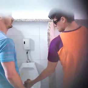 Porno gay no banheiro publico