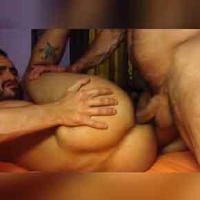 Sexo-gay-bareback-com-dois-homens-no-cio
