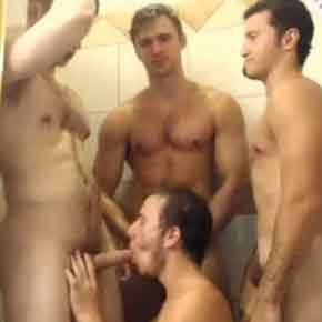 Banheirão-gay-e-um-rodízio-de-picas