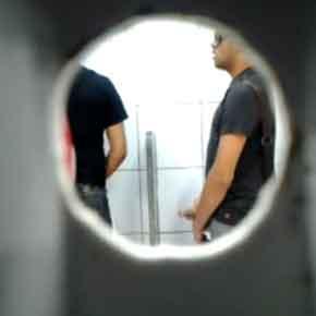putaria gay em banheiro público