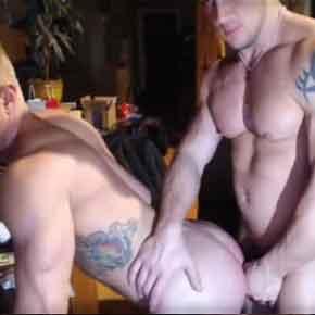 loiro bombado leva músculo duro dentro do cu