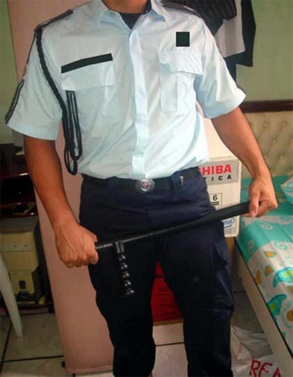 guarda municipal marcando a rola com o cassetete