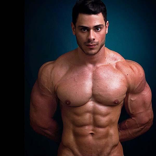 leo stronda nu corpo musculoso