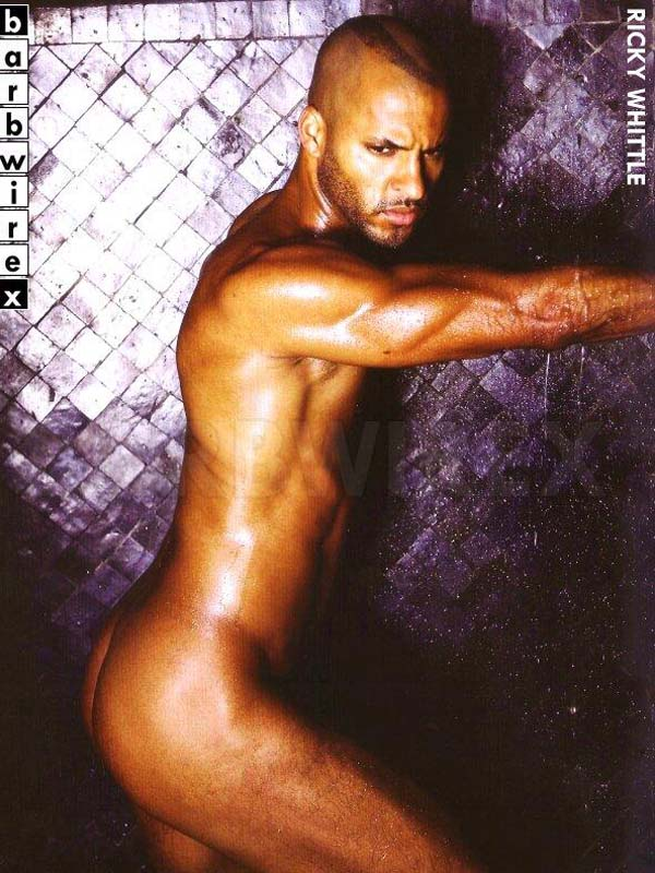 ricky-whittle-naked-mostrando-a-bunda