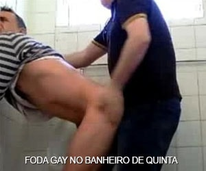 viado dando a bunda no banheiro gordinho saliente gay amador