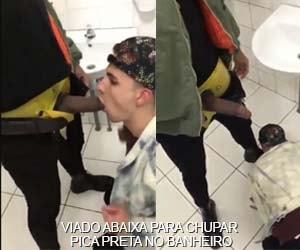 gay branco abaixa chupar rola preta banheiro publico shopping