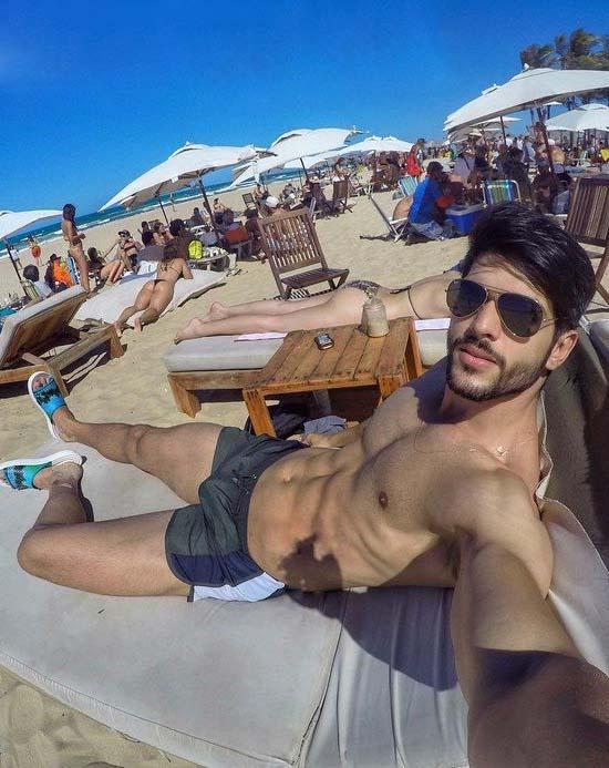 pau marcando no short modelo lucas fernandes bbb18 praia