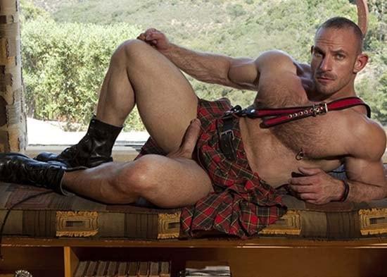 homem sarado gostoso penis duro usando kilt-escocesa