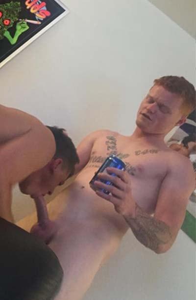 loiro bebado do pau fino recebendo boquete gay